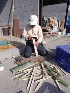 竹を割る.JPG
